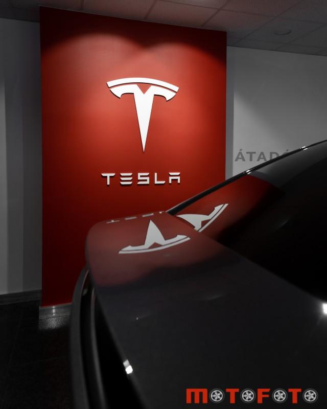 Tesla-showroom-motofoto